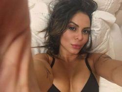 Alinne Rosa faz aniversário e presenteia fãs com foto sensual