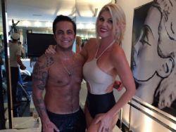 Thammy Miranda entra em banheira com Val Marchiori