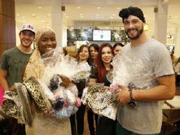 Ex-BBBs Angelica Ramos e Daniel Fontes arrecadam 200 lenços para ajudar mulheres com câncer