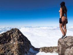 Modelo tira foto nua em vulcão e gera polêmica