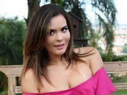 Geisy Arruda posa decotada em evento e fala sobre a falta de namorado