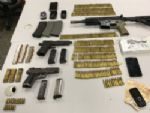 Deic prende dupla com fuzil, pistolas e munições em SP