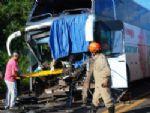Ônibus colide na traseira de carreta, deixa motorista e 10 passageiros feridos