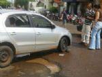 Carro sofre avarias ao cair em buraco no centro de Nova Andradina