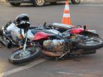 Motociclista leva fechada, sofre queda e fica ferido na Walter Hubacher