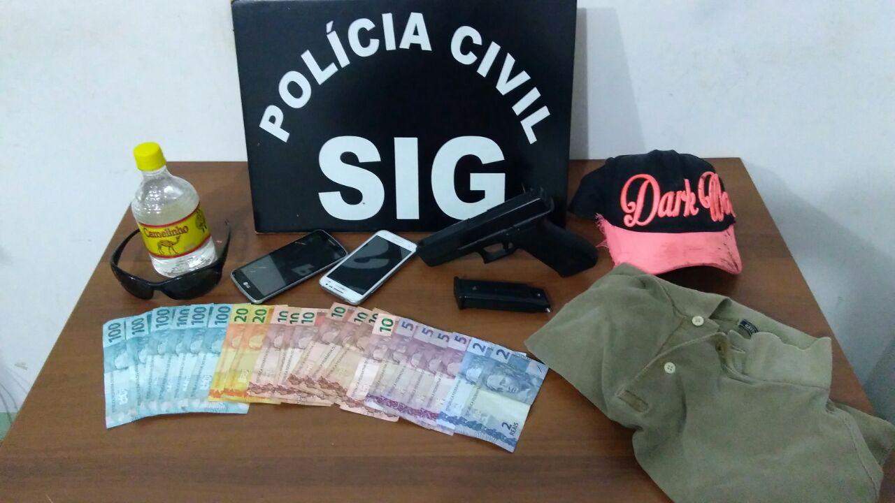 Dinheiro e celulares das vítimas recuperados, simulacro usado no assalto e roupas apreendidos – Foto: PC/Divulgação