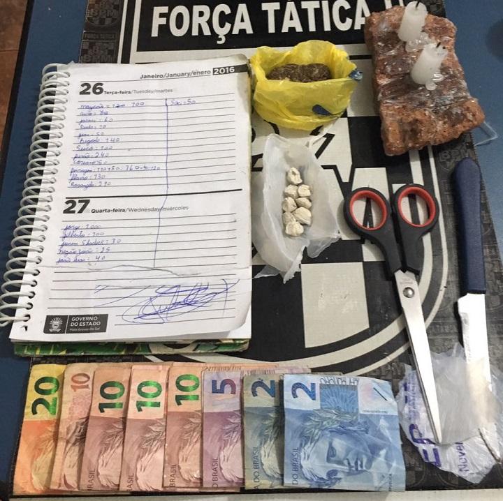 Material entorpecente, dinheiro e caderno com anotações referente ao tráfico de drogas foram apreendidos – Foto: Jornal da Nova