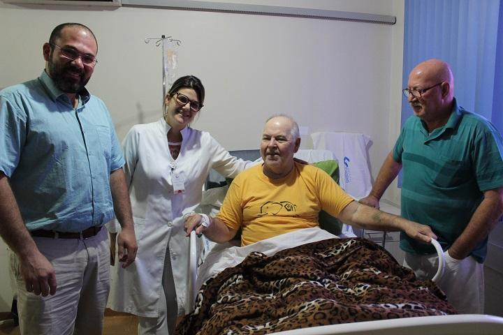 Dr. Omar Miguel, enfermeira Tatiane Negri, paciente Ilmar Valter Kasukat e seu irmão ex-vereador Alemão – Foto: Jornal da Nova