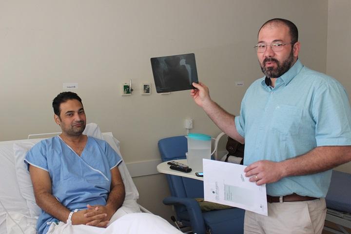 Paciente Paulo Sérgio Ribeiro e Dr. Omar Miguel – Foto: Jornal da Nova