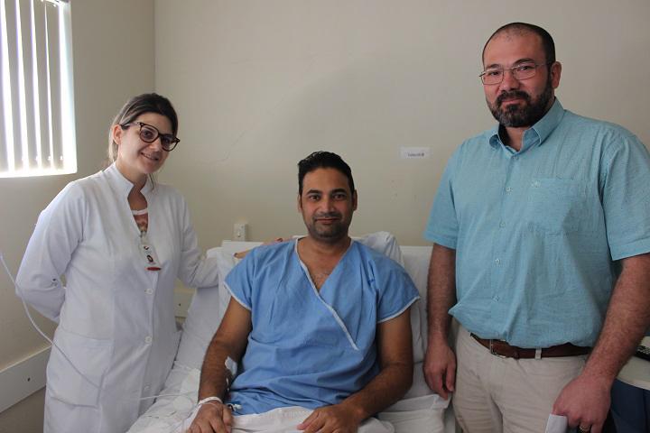 Enfermeira Tatiane Negri, paciente Paulo Sérgio Ribeiro e Dr. Omar Miguel – Foto: Jornal da Nova