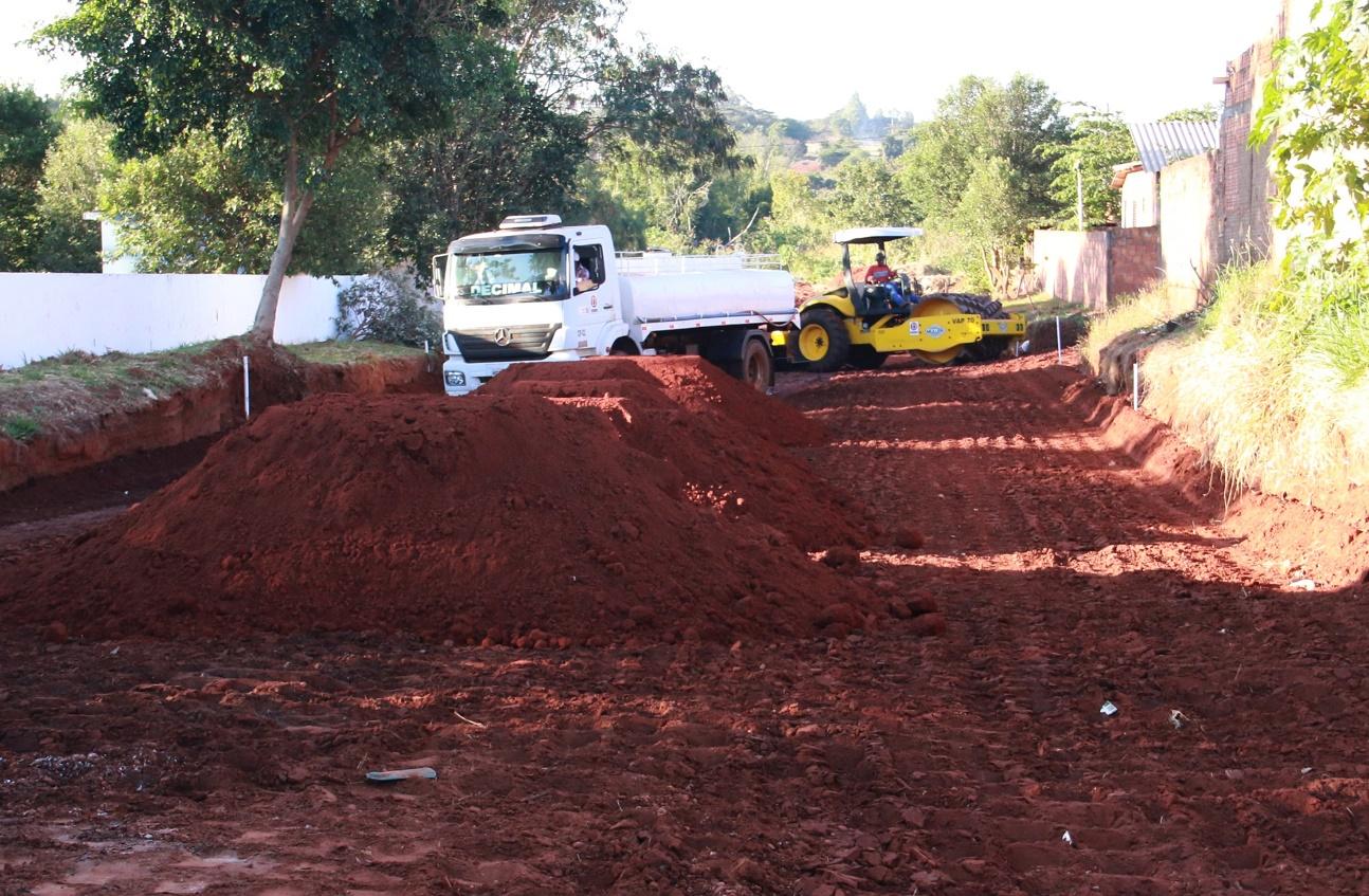 A suspenção das obras de drenagem e pavimentação asfáltica é devida ao atraso de repasses do Governo Federal à prefeitura de Nova Andradina - Foto: Bruno Seleguim/PMNA