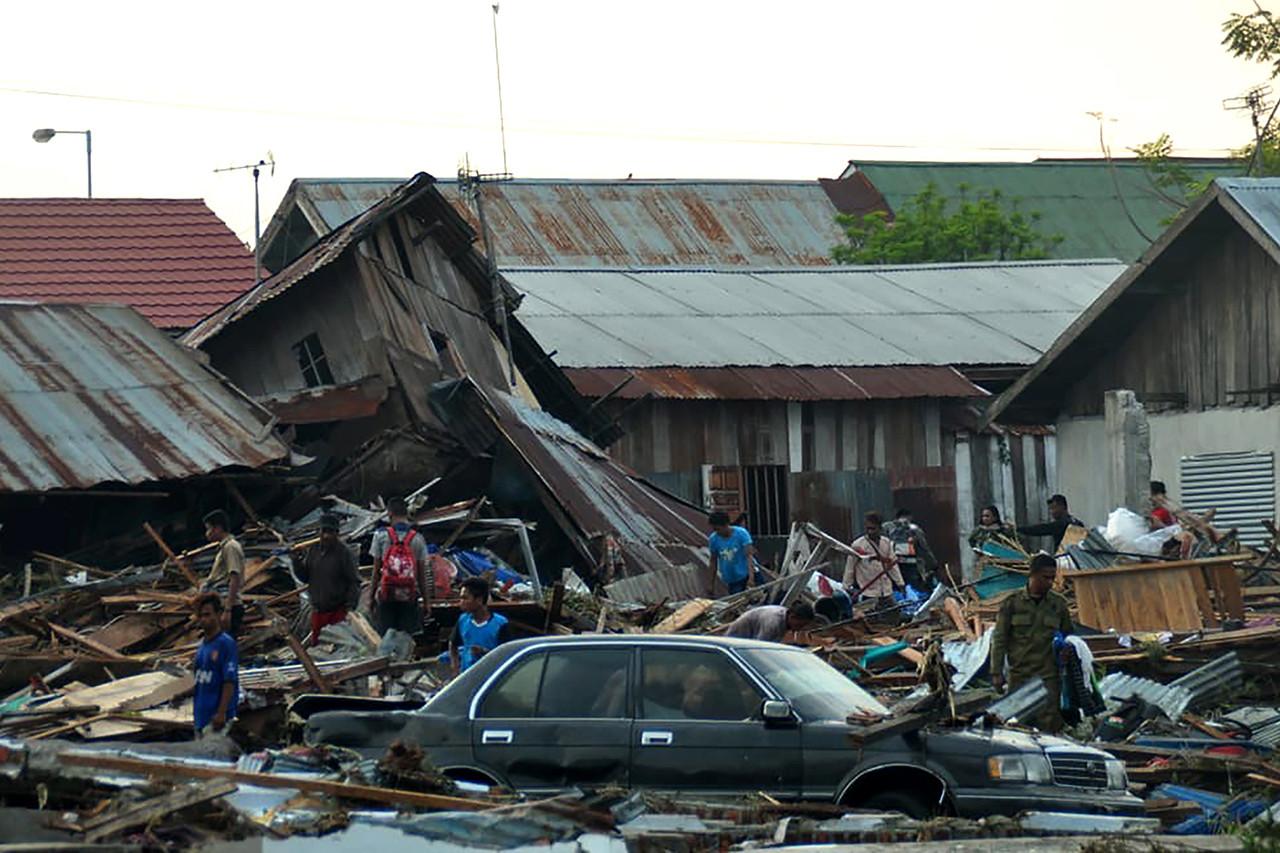 O porta-voz da BNPB, Sutopo Purwo Nugroho, afirmou que um enterro em massa será realizado na cidade de Palu, por questões de segurança sanitária.