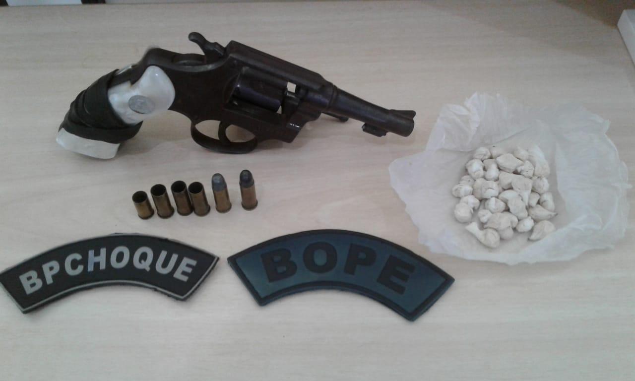 Arma de fogo e munições que foram utilizadas na execução do policial, a polícia também apreendeu drogas - Foto: Divulgação