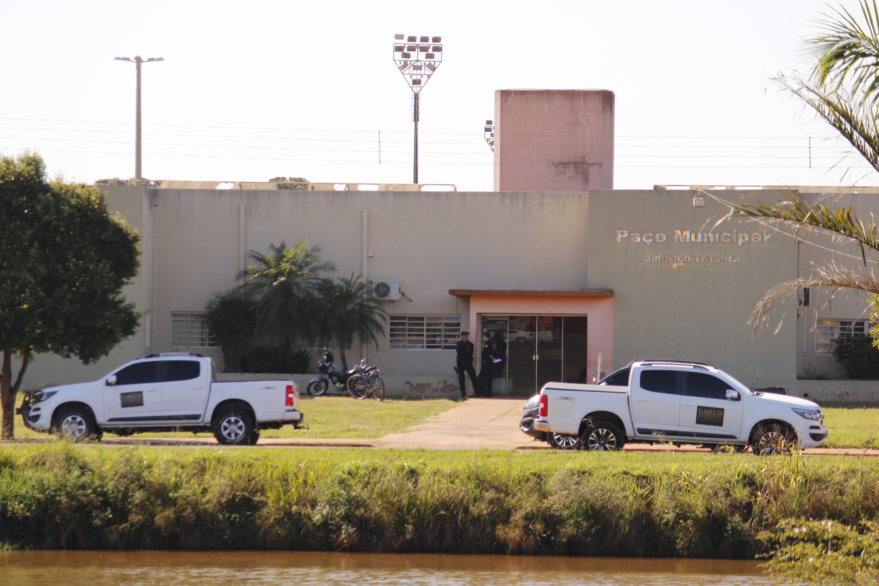 Movimentação de agentes do Gaeco em frente a prefeitura - Foto: Jornal da Nova